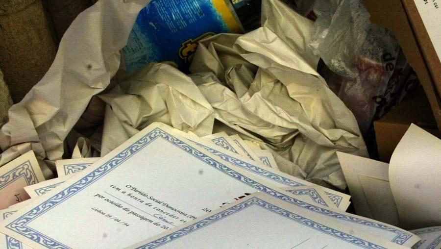 Diplomas no lixo