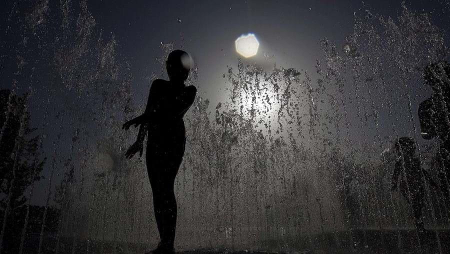 Um jovem refresca-se numa das fontes da Exposição Internacional de Saragoça, cujo tema é a água, em Saragoça, uma cidade espanhola que atravessa uma fase de grande subida das temperaturas. (Jorge Zapata, EPA)