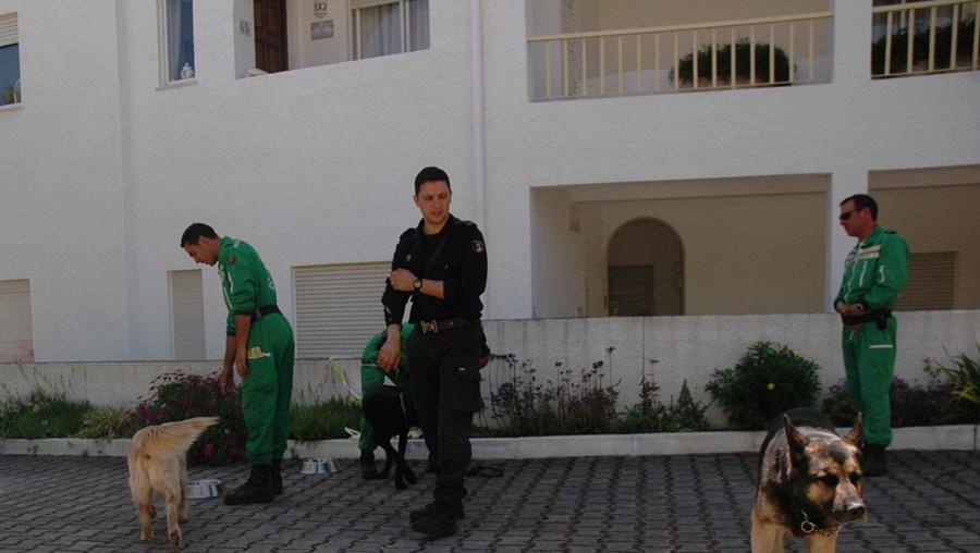Polícias portugueses vasculharam tudo à procura da criança com base em relatos que se revelaram pouco credíveis
