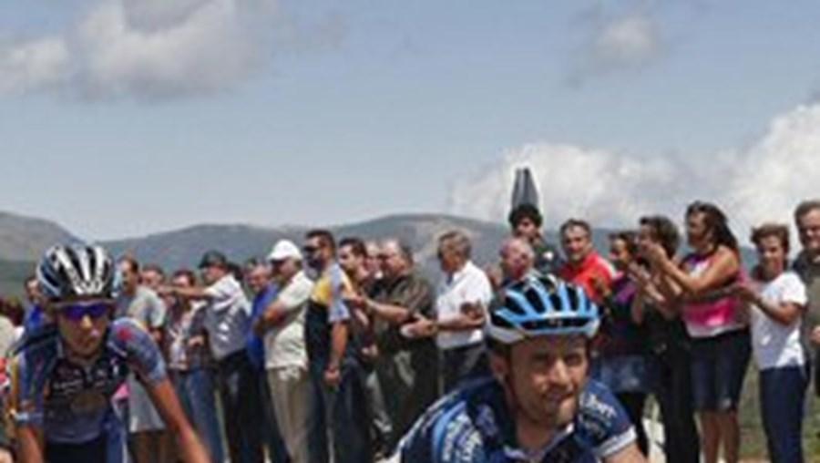 Rumo ao frio alto da Estrela, onde a temperatura rondou os 10 graus, numa altura em que os ciclistas se esbaforiam de calor