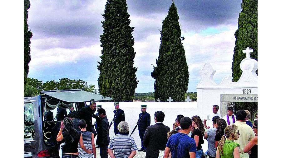 Dezenas de familiares e amigos juntaram-se no adeus a João Trabuco no cemitério de Barbacena