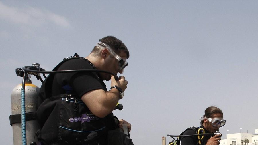 Mergulhadores procuram corpo