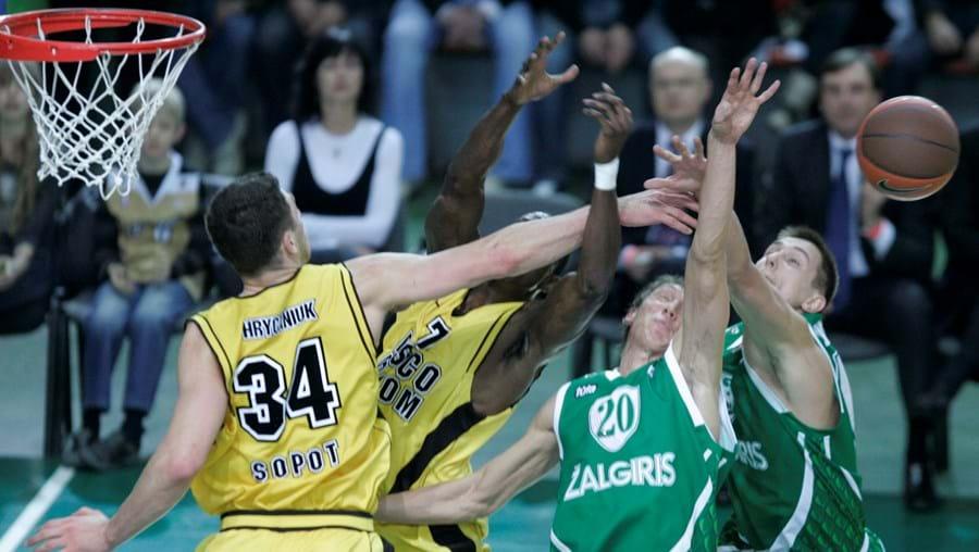 Vários jogadores disputam a posse da bola durante um encontro da Euroliga masculina de basketball em Kaunas, na Lituânia.