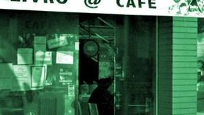 Gang armado ataca café e churrasqueira