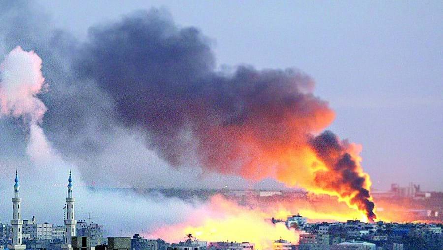 Os bombardeamentos israelitas sucedem-se em Gaza, onde ontem arderam mais edifícios