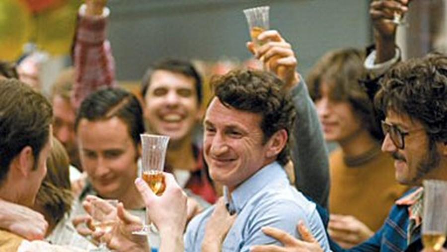 Sean Penn brilha como Harvey Milk no novo filme de Gus Van Sant