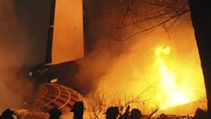 Avião cai em cima de casa e mata 50