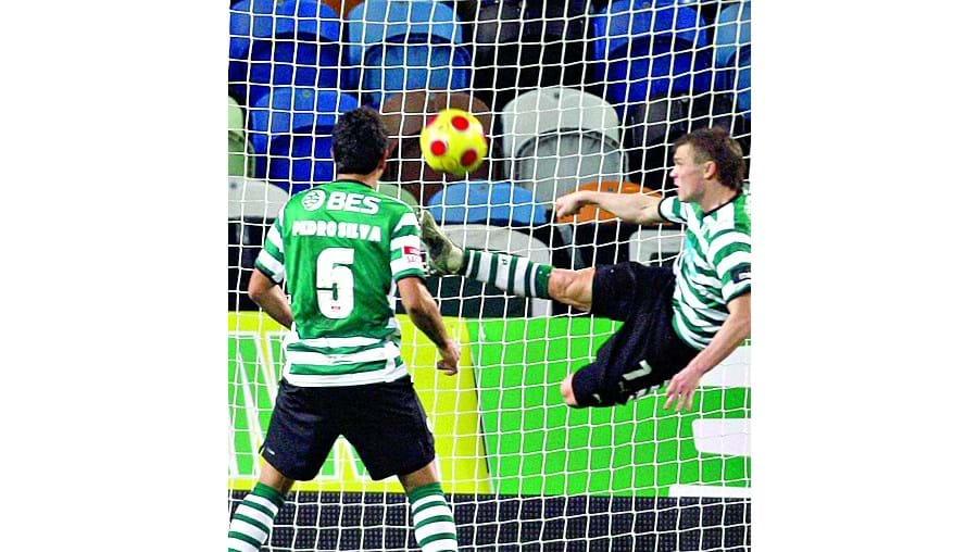 Izmailov tira a bola da baliza, o árbitro auxiliar assinalou golo
