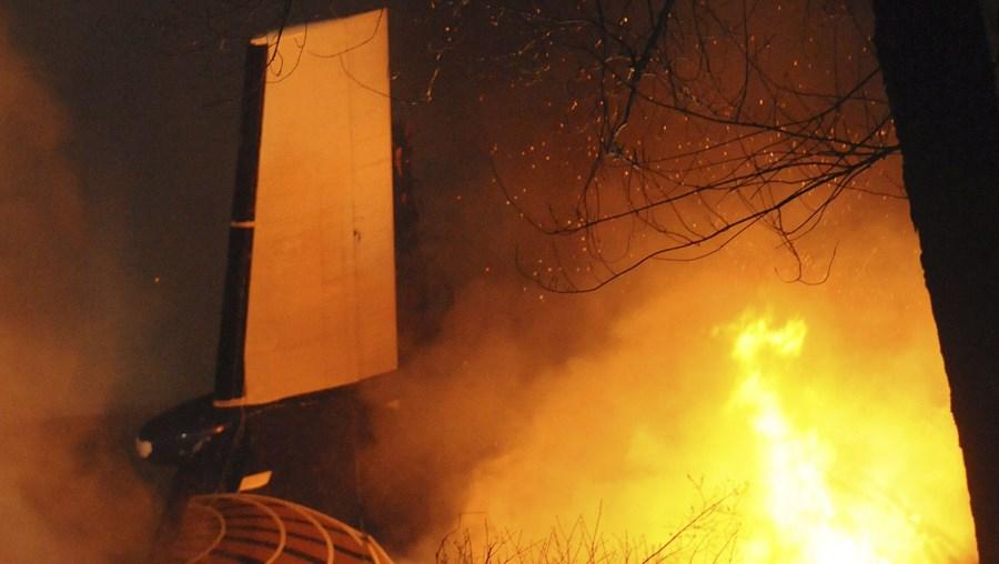 Os bombeiros lutaram toda a noite para extinguir as chamas, impedindo a propagação a outras casas