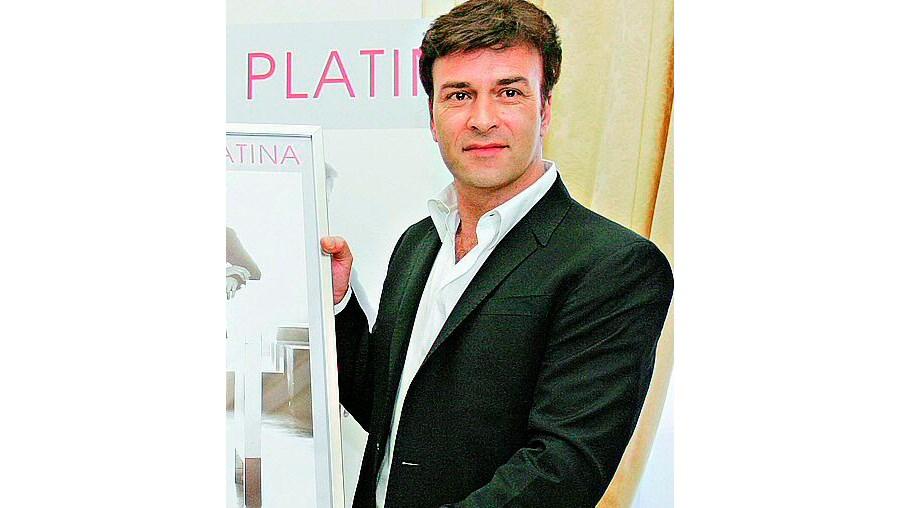 Quíntupla platina foi ontem entregue por Manuel Polanco ao cantor português no Palácio de Queluz
