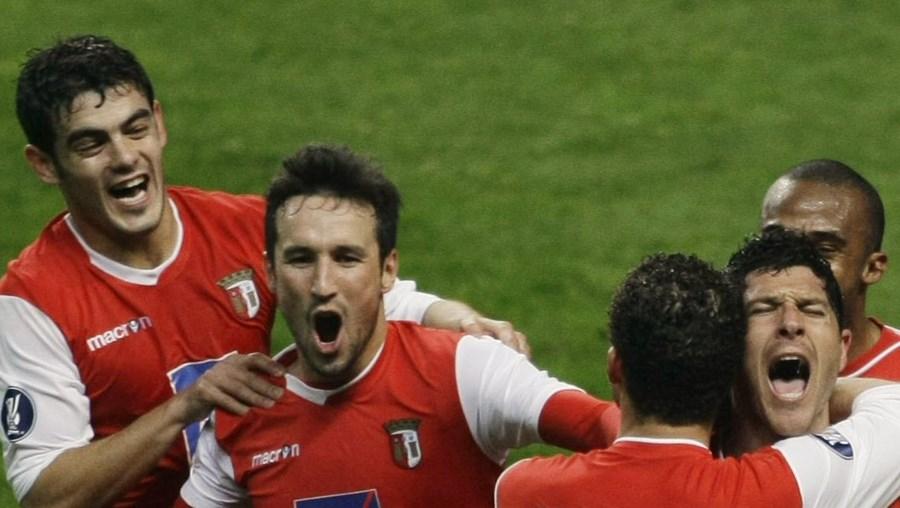 O central André Leone é saudado pelos companheiros depois de marcar o segundo golo do Sp. Braga