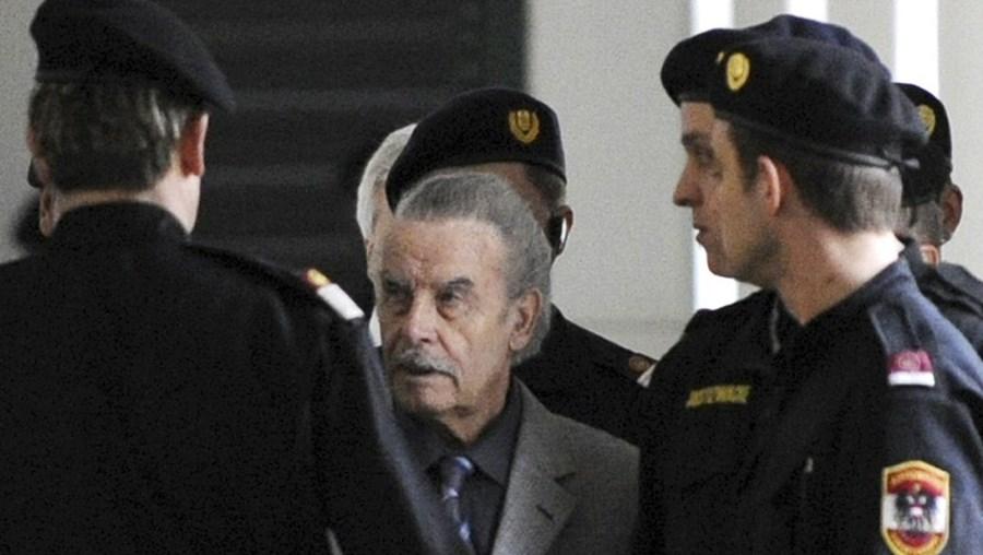 O 'Monstro de Amstetten' foi apanhado de rosto descoberto pelos jornalistas enquanto conversava com os guardas prisionais