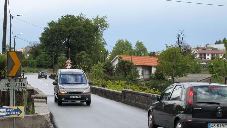 Ponte estreita em freguesia de Braga