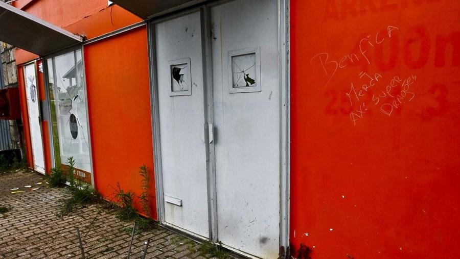 Partiram os vidros, arrombaram a porta e escreveram frases insultuosas nas paredes da sede benfiquista