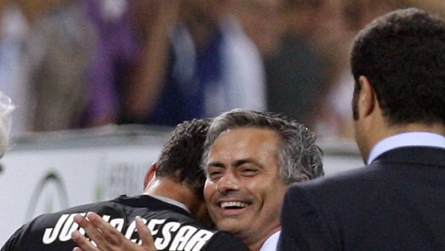 José Mourinho cumprimenta o guarda-redes Júlio César