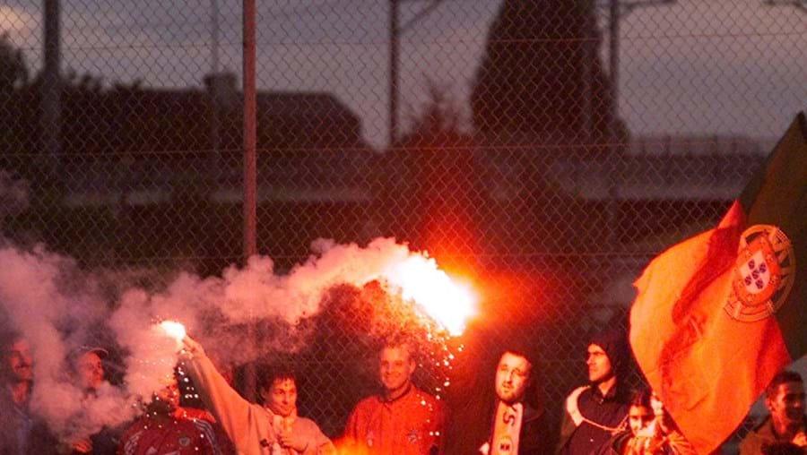 Claque ilegal do Benfica continua a levar tochas para os estádios, segundo a PSP, com a conivência de Luís Filipe Vieira