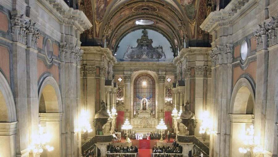 Mais de mil pessoas compareceram ontem numa cerimónia religiosa na igreja da Candelária, no Rio de Janeiro