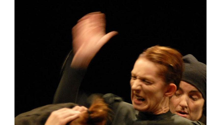 A tirania de uma mãe no seio de um clã feminino perturbado pela chegada de um homem é o tema da peça