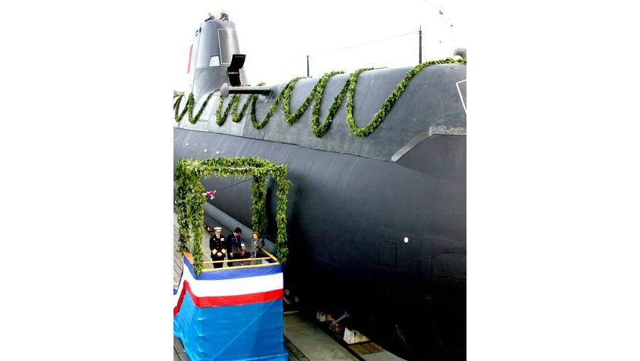 Maria de Jesus Barroso, madrinha do submarino, esteve ontem nos estaleiros de Kiel com o almirante Melo Gomes