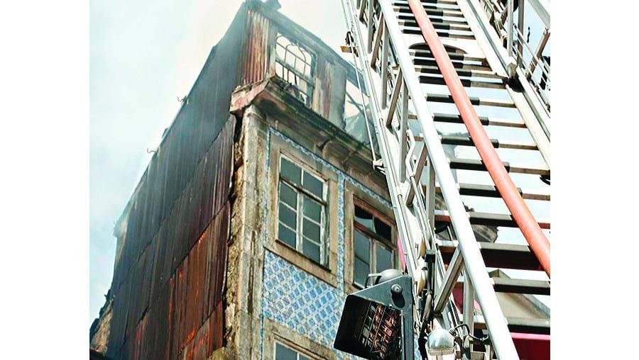 O incêndio deixou um idoso sem casa e assustou os vizinhos