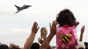 Milhares a ver aviões