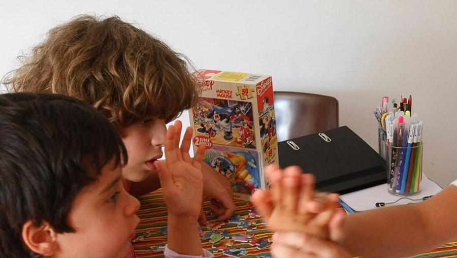As crianças são valorizadas e incentivadas sempre que realizam uma nova tarefa
