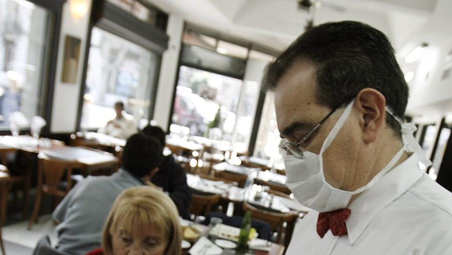 Perante um surto de gripe A, o contágio entre trabalhadores é fácil. Se as empresas fecharem, a lei prevê uma redução de salário