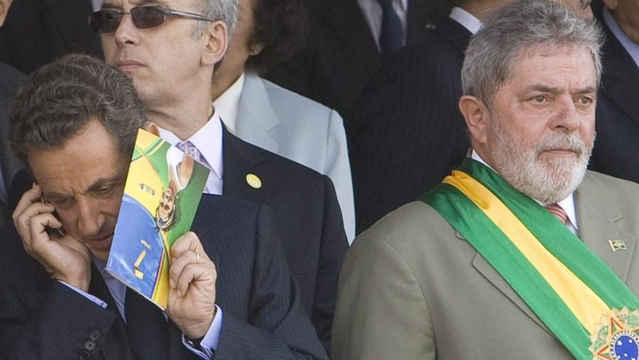 Sarkozy não hesitou em falar ao telefone durante o desfile do Dia da Independência