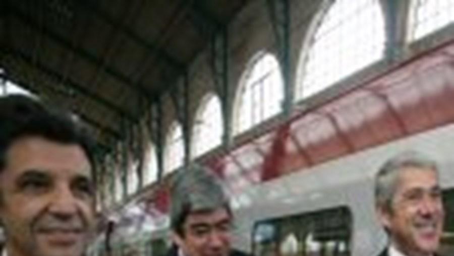 Sócrates com Ferro e Carrilho em Paris, na estação do TGV