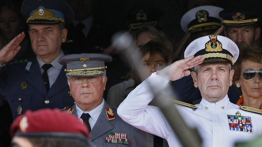 O general Valença Pinto, CEMGFA (esq.), e o almirante italiano Di Paola, no desfile militar nos Jerónimos