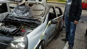 Fogo suspeito durante a noite destrói quatro carros (VÍDEO NOVO)