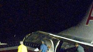 Avião sai da pista e parte-se em dois