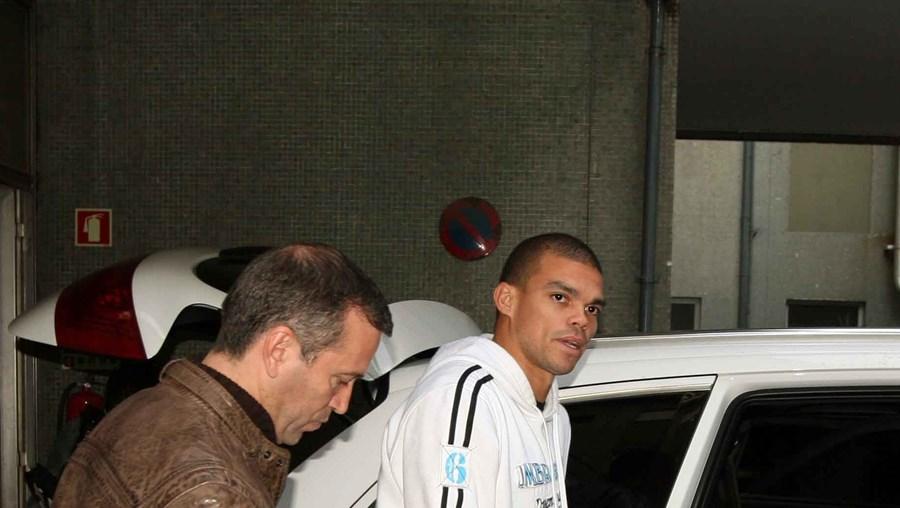 António Gaspar (esq.) e Pepe, ontem, à saída do hospital, no Porto