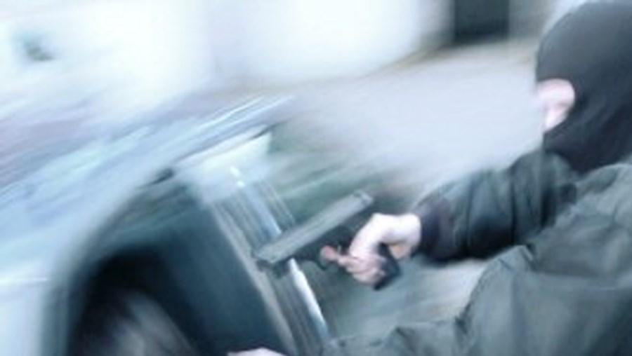 Ladrões roubaram carro