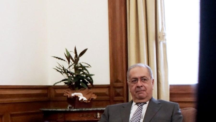 Jaime Gama recebeu o parecer sobre a Conta do Estado de 2008 das mãos do presidente do Tribunal de Contas, Oliveira Martins
