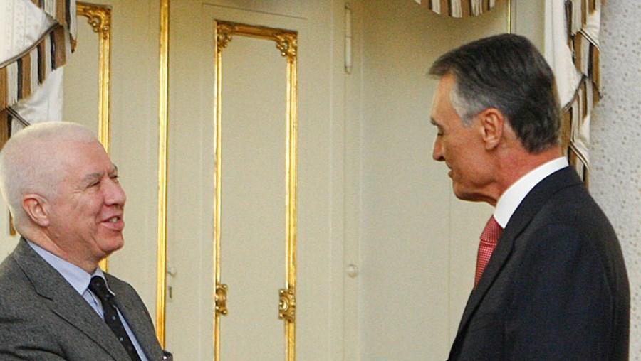 Presidente da República a cumprimentar Teixeira dos Santos, após um breve aperto de mão a José Sócrates