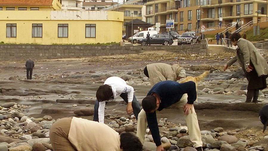 Ausência de areia deixou à mostra pequenos tesouros na praia da Areia Branca, entre eles anéis, pulseiras e também moedas