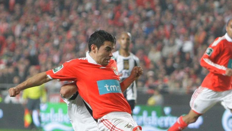 O argentino Saviola remata para o golo da vitória do Benfica