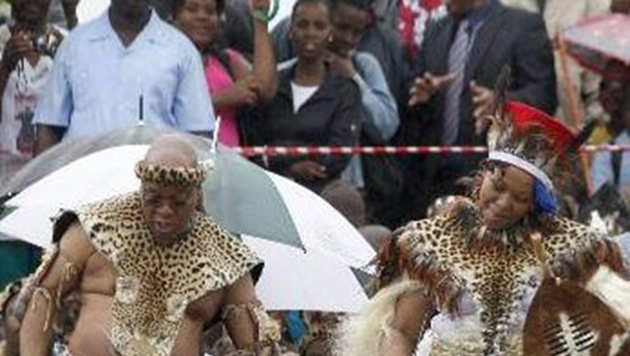 Jacob Zuma e sua esposa durante a tradicional cerimónia do casamento