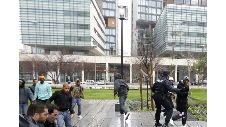 Cinquenta jovens de bairros rivais da Amadora agrediram-se à porta do Campus da Justiça. PSP chamada ao local.