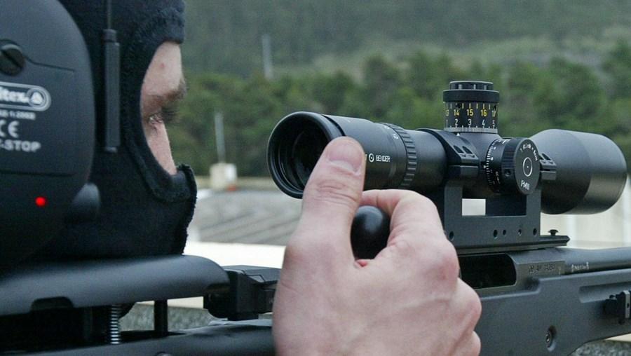 Espingarda Accuracy AW308 (esq.) permite disparos precisos a 500 m. Radar doppler e sistema hidráulico serão usados em rusgas