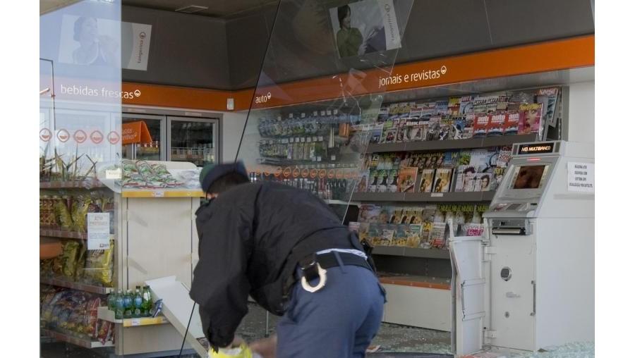 Além dos estragos provocados nos postos, o grupo apenas furtou um pacote de pastilhas elásticas