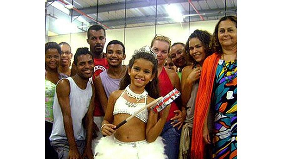 Júlia Lira, filha do presidente da escola Viradouro, adora dançar ao ritmo do samba