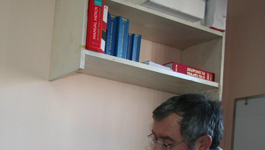 O presidente da Junta de Freguesia dá consultas de Clínica Geral aos mais idosos da aldeia de Talhas