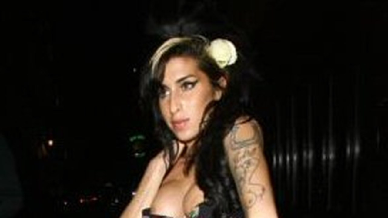 Amy winehouse streaks through hotel after being told to cover up