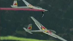 Acrobata passa de um avião para o outro