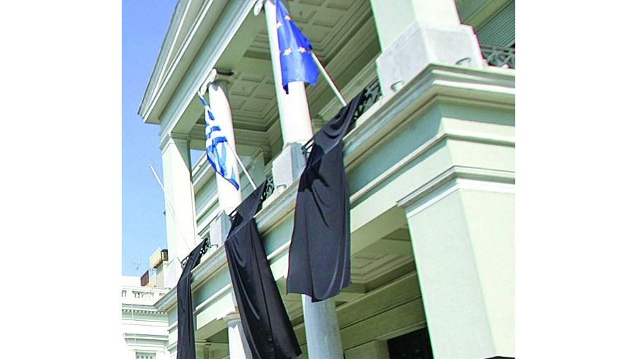 Diplomatas gregos penduraram bandeiras negras