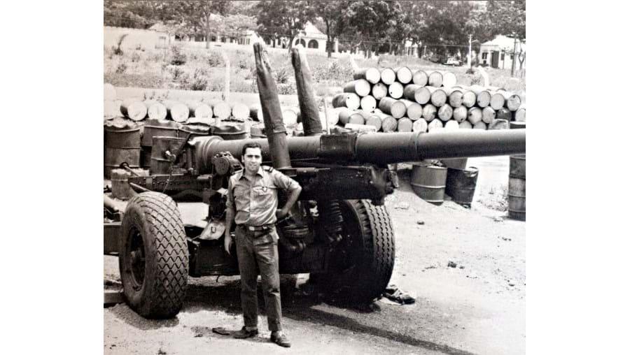 Com um Obus 14 em Mansoa, no centro da Guiné, em 1973. Foi a segunda de três bases onde António cumpriu a sua comissão de serviço na Guiné