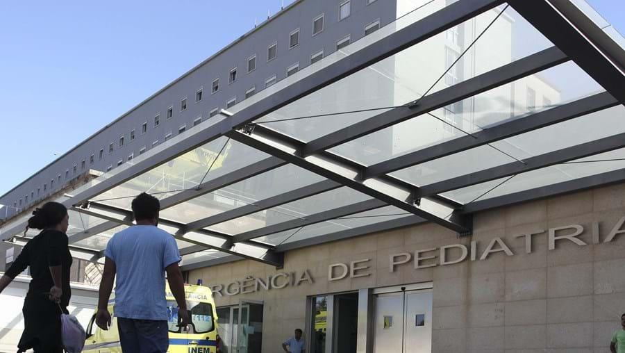 Rui Carriço, de cinco anos, caiu do segundo andar da casa da avó. A gravidade dos ferimentos obrigou ao internamento na Pediatria do Hospital de São João, no Porto