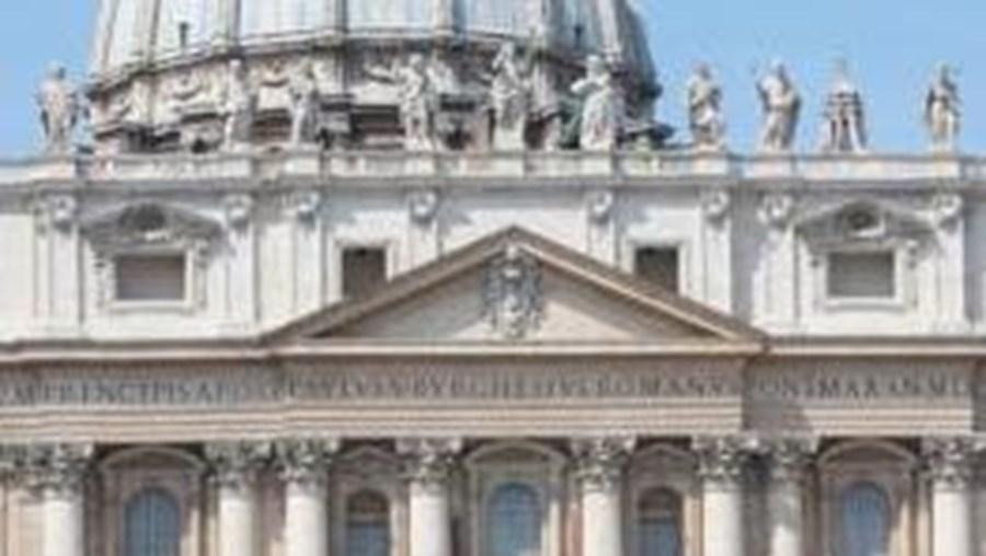 Jogadores rezam virados para a Basílica de São Pedro